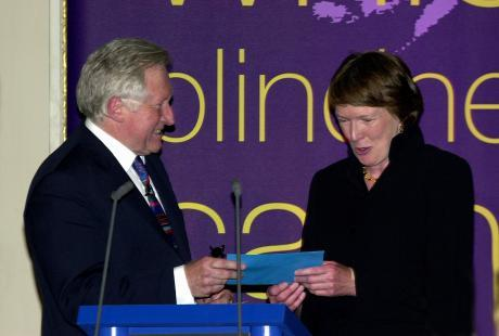 2002 Chair of Judges David Dimbleby with winner Margaret MacMillan